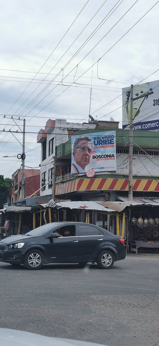 Exaltan la figura de Uribe Vélez sobre @DrogasLaRebaja en su momento propiedad del Cartel de #Cali, nada cambia el narcotráfico financió la campaña de @IvanDuque. #ColombiaEnAlertaRoja https://t.co/g2duFAwZ2E