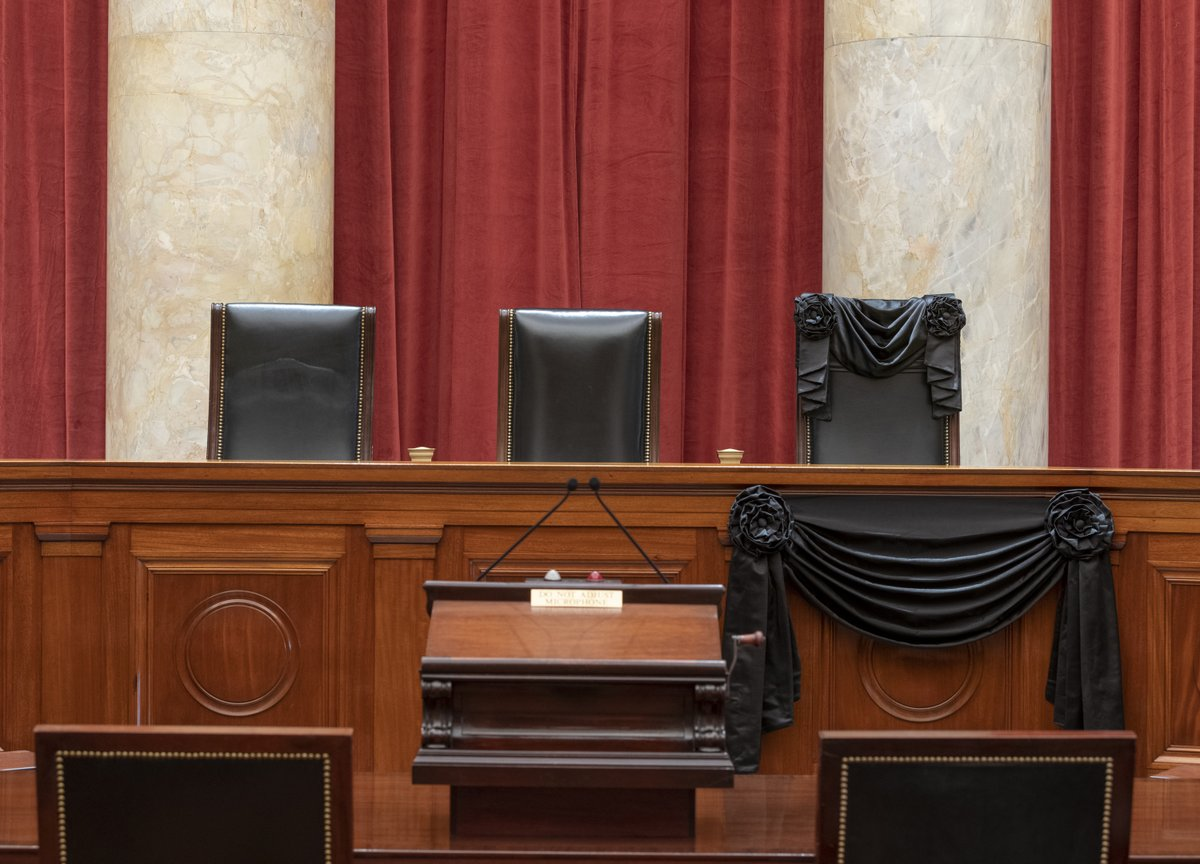 Justice Ginsburg's bench chair and the bench in front of it have been draped with black wool crepe in memoriam. A black drape has been hung over the courtroom doors, per SCOTUS. https://t.co/ZKy1zBapcU