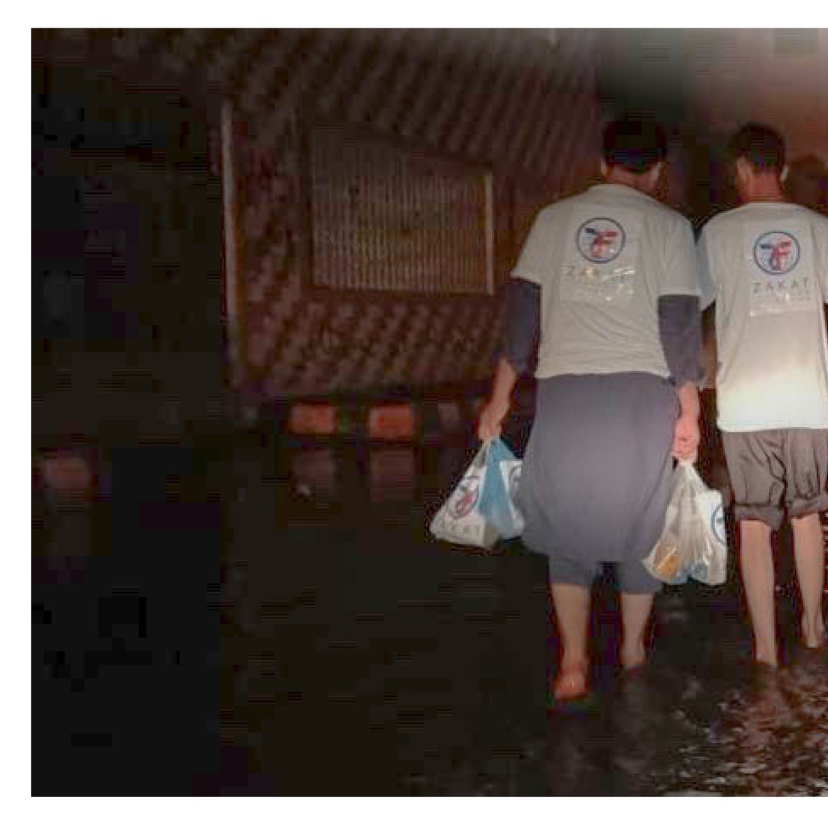 Our volunteers work around the ⏱ to deliver #aid to those in need. We are in #Karachi giving cooked food to those impacted by #flooding. Won't you help? https://t.co/ldxl6lF6LH https://t.co/18gI44dsfa