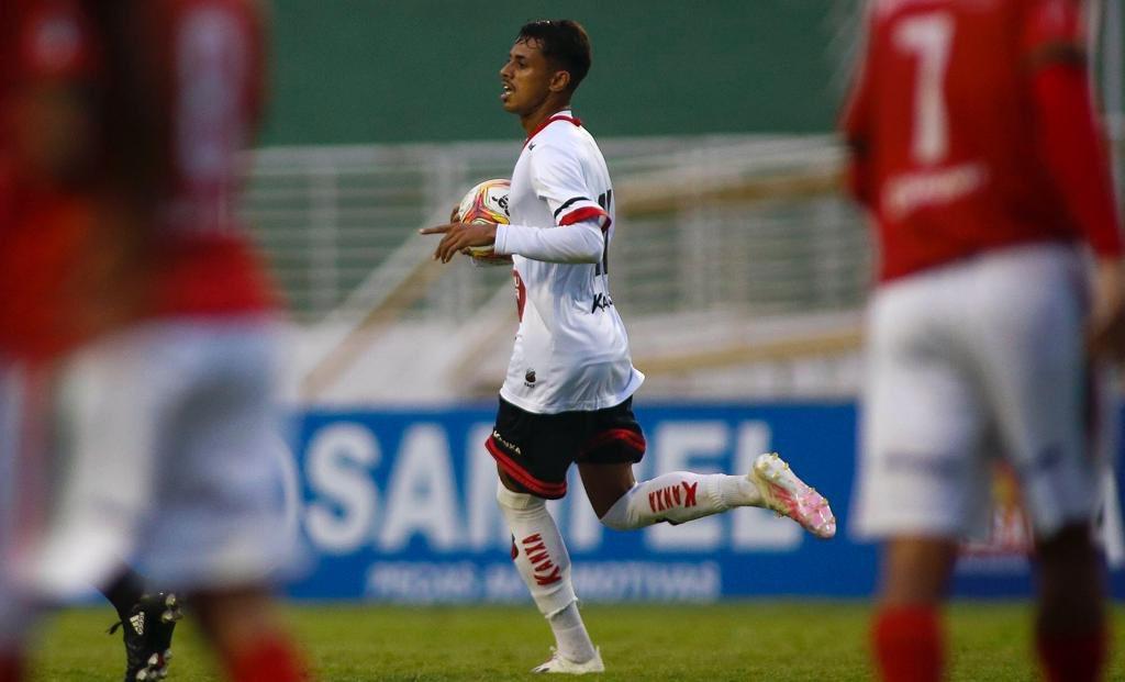 Gabriel Barros empatou o jogo em Varginha após cruzamento de Mateus Criciúma. Ele marca seu 4o gol em 12 jogos no Ituano. Foto: @mschincariol https://t.co/PagiIlhxYF