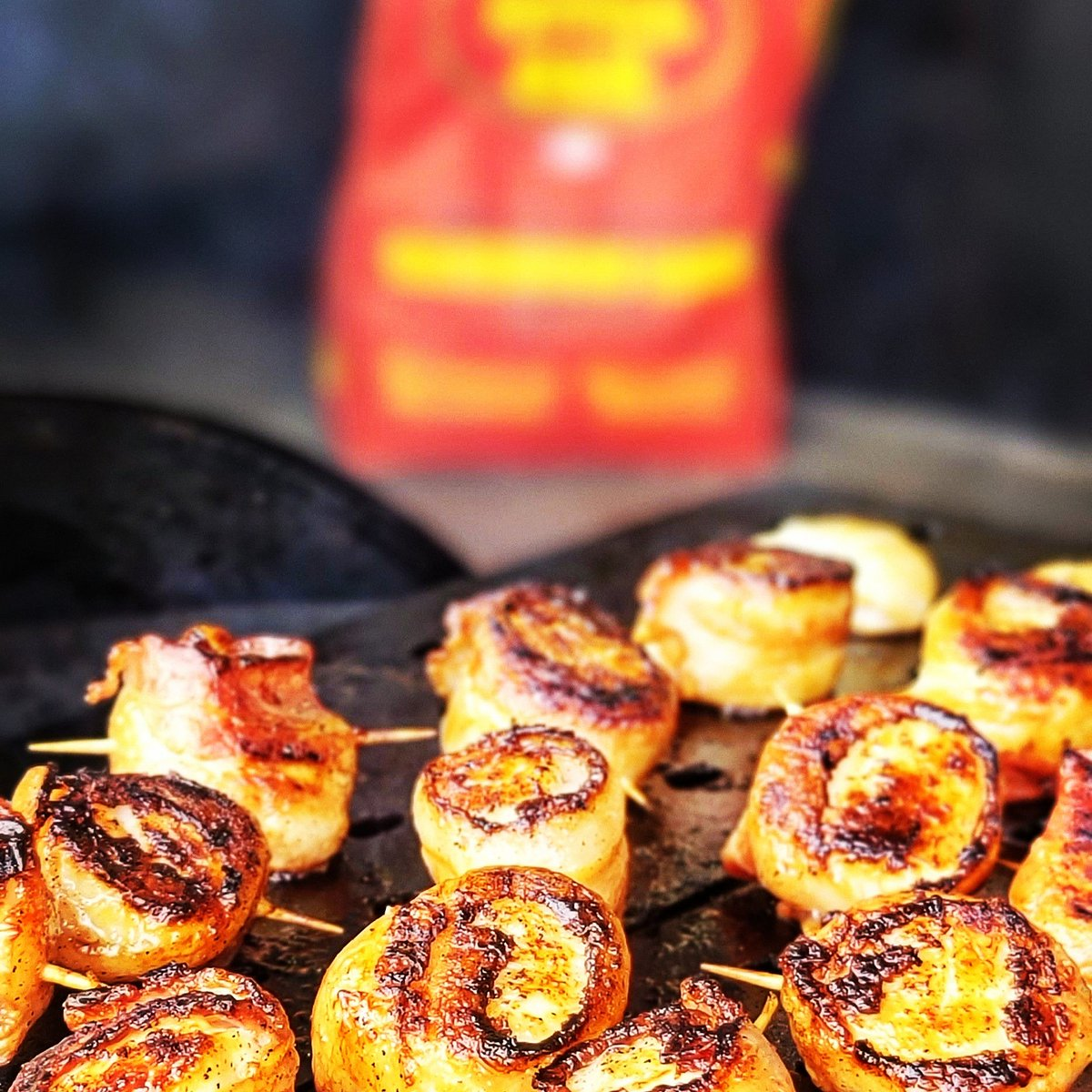 """The Bacon Wrapped Sea Scallops going into """"overtime"""" for a quick sear over some @ROCharcoal.   #RubSumLUV #bbqlife #bbqfamily #bbqnation #kcgrillingco #royaloakcharcoal #grillgrates #bacon #chiefskingdom #seafood #chiefsinot https://t.co/2jgmcXg9zk"""