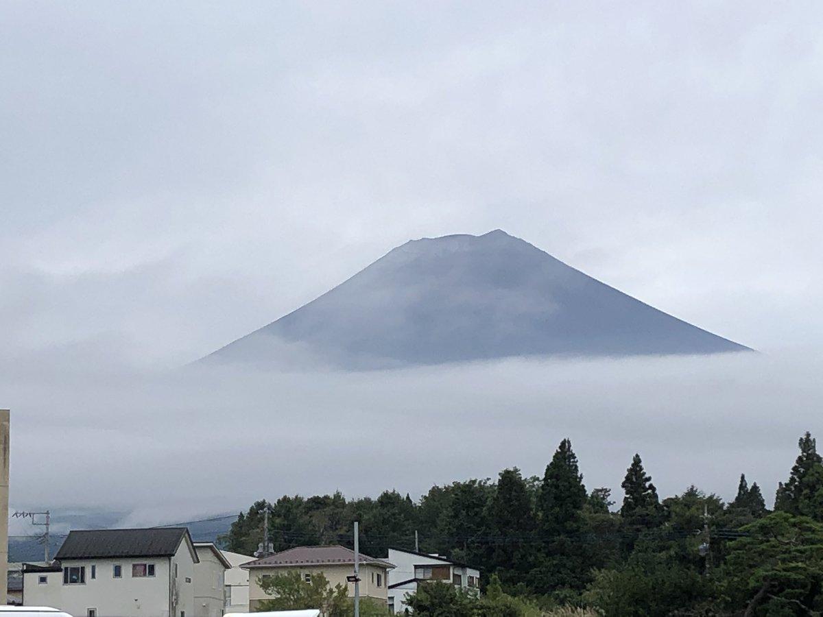 【富士山初冠雪?】 今朝は半袖ではいられないほどかなり涼しくなりました。ふと富士山を見てみると若干霧が出ていて分かりにくいですが雪が!! 甲府地方気象台からこの雪が観測できると初冠雪と発表するそうです。 #富士山 #富士急行線 #初冠雪 https://t.co/mA65sdu0Uw