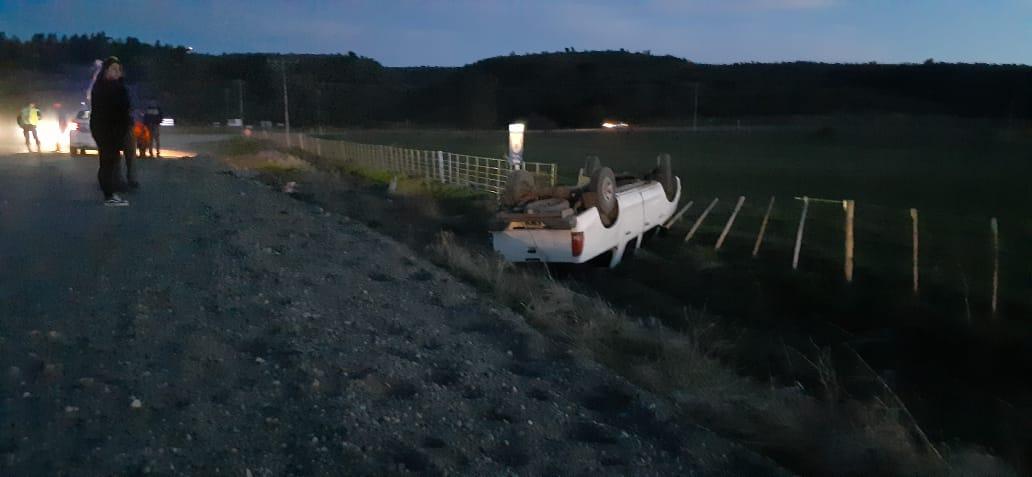 Vuelco en ruta 259 en Trevelin a la altura de rio Corintos, el accidentado salió por sus medios y se subió a la ambulancia para que le hagan curaciones Ph  @Nestor_tej  @radio3trelew https://t.co/Z4S61UTyna