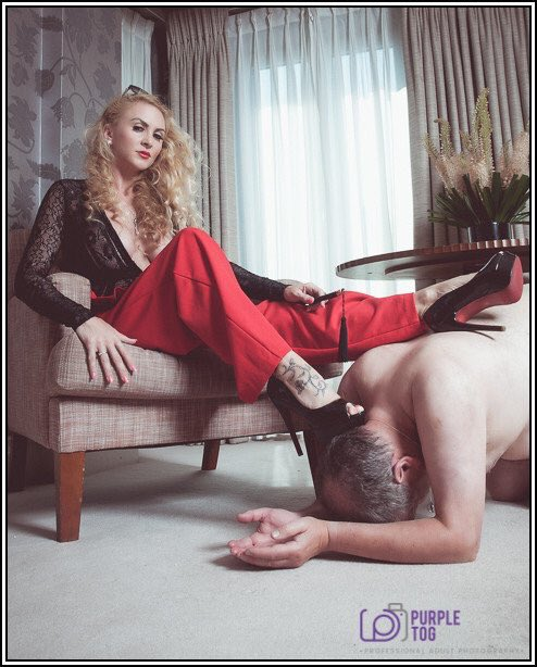 A slave in his rightful place beneath the feet of a superior Woman.  Mistress Suzanna Maxwell a powerful Mistress and beautiful beyond belief.  WORSHIP Her  @MissSuzannaMax  https://t.co/vNlX3bQaKZ  https://t.co/8QkAqlzvhS  https://t.co/4DBIyEwaIH  #Femdom #Mistress #footworship https://t.co/WCaE2x7PBy