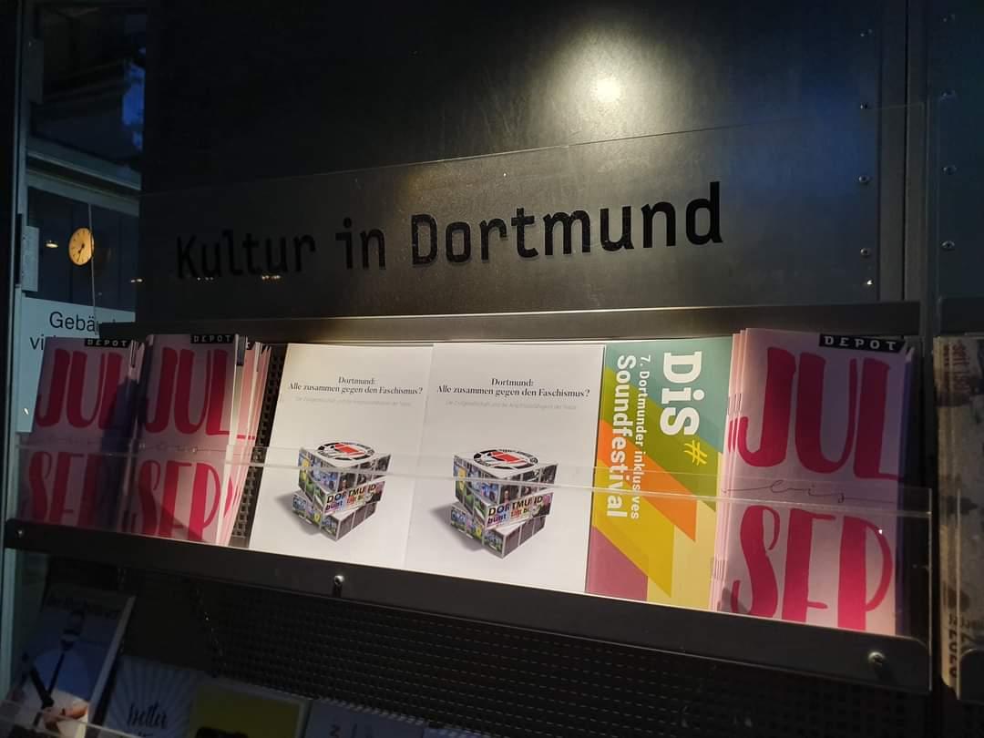 """Wir haben eine Broschüre veröffentlicht:  """"#Dortmund: Alle zusammen gegen den Faschismus? Die Zivilgesellschaft und die Anschlussfähigkeit der Nazis""""  Ihr findet sie in fast 30 Läden, z. B. bei @Nordpol_DO, @BlackPigeonDo und Fr. Lose. Per Post geht auf Anfrage auch. #nonazisdo https://t.co/3qEZ8Zb5rY"""
