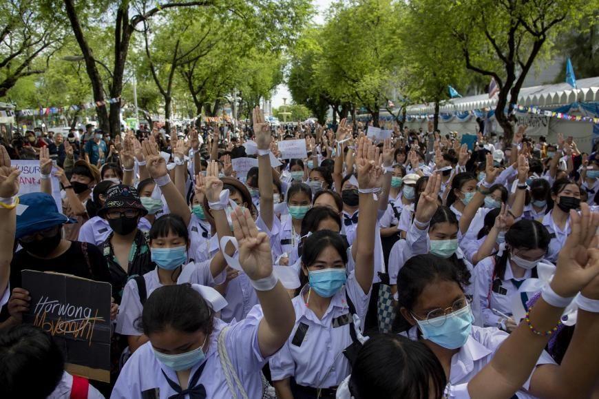 🇹🇭 參與 #泰國 抗爭的孩子不僅創意十足,更是勇氣破表。他們預算極少,但他們一求助,捐款便從四面八方湧進。隨著抗爭持續進行,愈來愈多成年人走進孩子與警察防線中間扮演保護角色。有些成年人充當糾察隊和急救員,其他人則送來食物、飲料、喇叭甚至流動厠所。  https://t.co/xGBJ9ZZgtW @sunaibkk https://t.co/XN9Yh4c53F