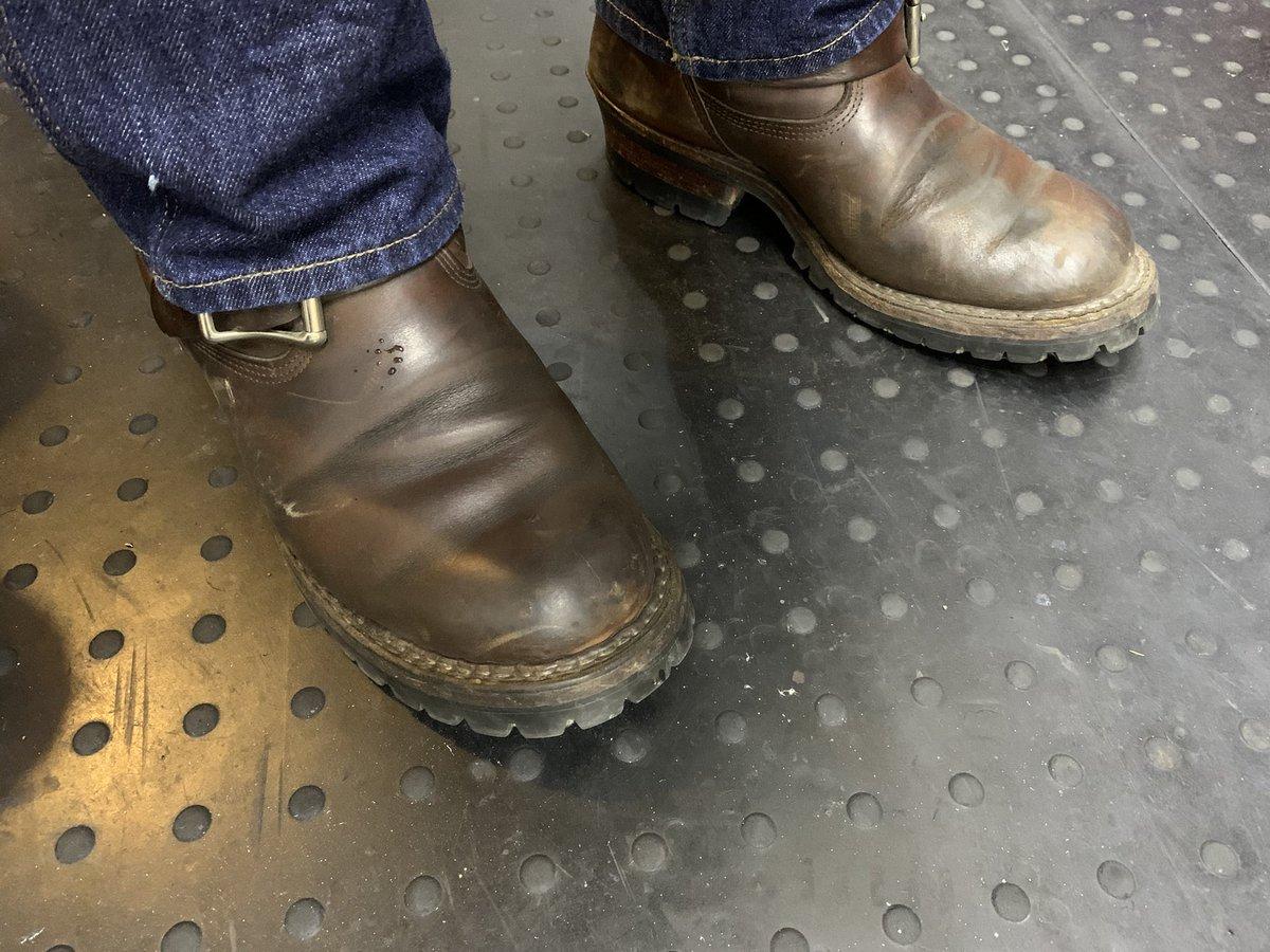 本日のバイク用通勤靴は #whites  の #nomad エンジニア。white'sは森林消防士が使うスモークジャンパーというブーツで有名なメーカーです。このブーツはそんなメーカーの中ではちょっと異色な存在?足を通すと体温で凄く柔らかくなるクロムエクセルレザーを採用。 https://t.co/brKDu98CFI