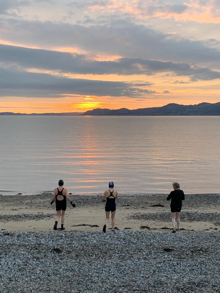 Mermaids at dawn .... @AngleseyScMedia @Ann07857828 @Ruth_ITV #anglesey #seaswimming #openwater #strait #penmon https://t.co/Iw1diEw08l
