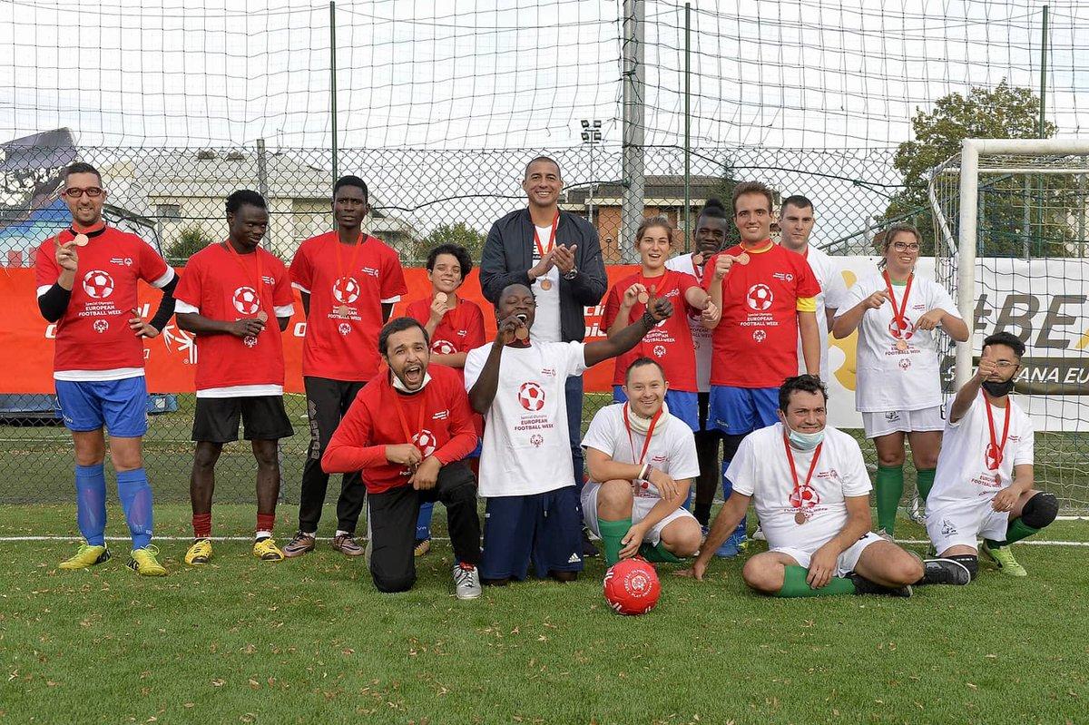 @Trezegoldavid  scende in campo per premiare gli atleti Special Olympics. Questa è una fantastica European Football Week!! . . . #EFW2020 #facesoffootball #beactive @juventusfc #28settembre #lunedi #unTemaAlGiorno #ParliamoDi #Calcio https://t.co/xh5NvwDj8Q