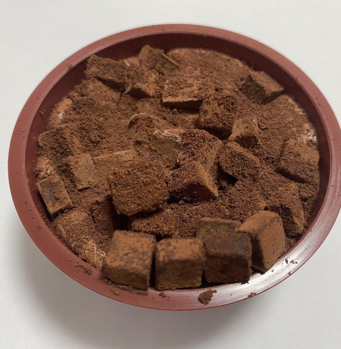 セブンイレブンから発売された、チョコアイスの上にダイス状の生チョコをたっぷりとトッピングした「生チョコアイス」✨ https://t.co/oXioSgApXX