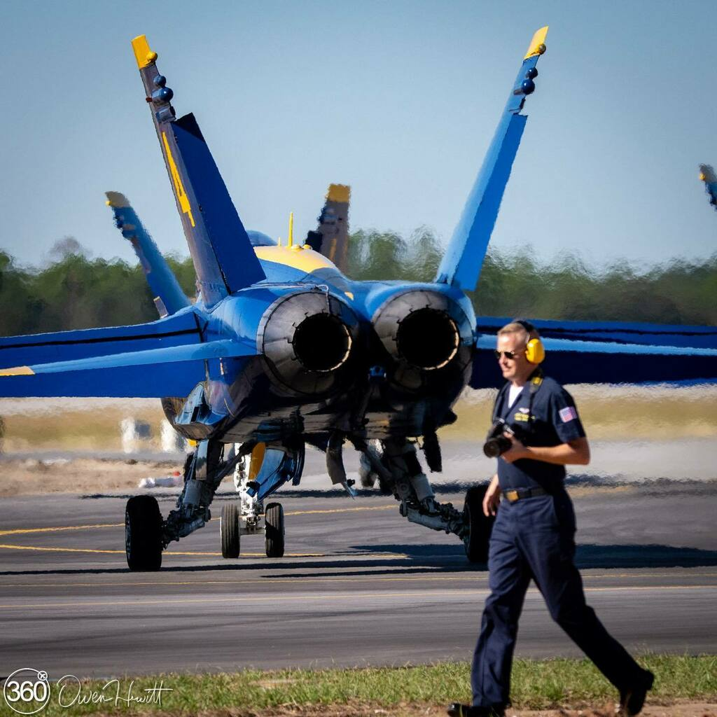 It's time for #MondayBlues and #MaintainerMonday with the @usnavyblueangels during a homecoming show in Pensacola  #BlueAngels #BAFans #homecoming   Please follow 🙌🏻 @owen.aviation.photo @combat_learjet @turntotheskies @philippetondeur1 @blueangelphantom… https://t.co/PKN0415dRF https://t.co/ghUgqUO2fo