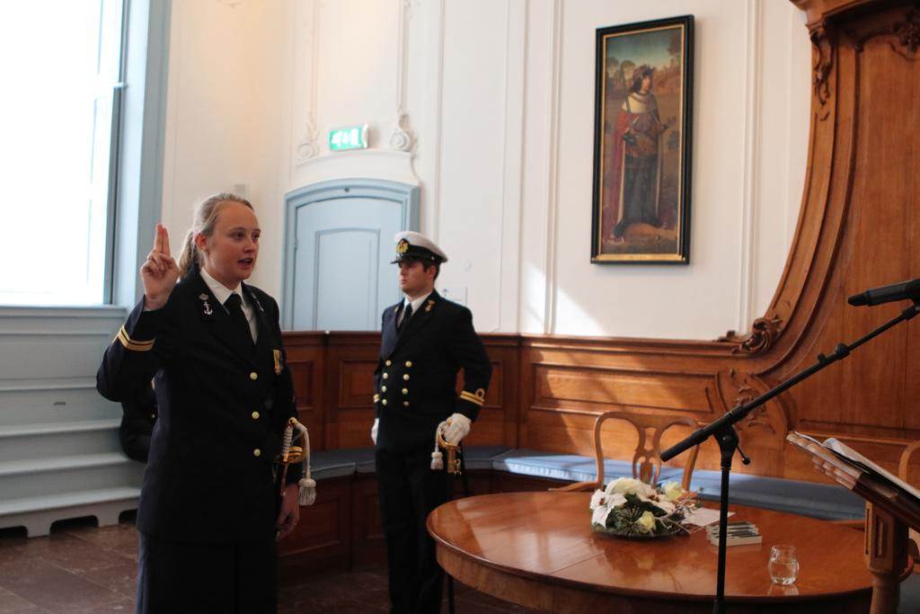 Zaterdag heeft de commandant van Zr.Ms. Zierikzee in opdracht van @AdmiraalKramer drie nieuwe marineofficieren beëdigd. Deze keer niet zoals gebruikelijk op het Koninklijk Instituut voor de Marine maar in het Stadhuis van Zierikzee! #koninklijkemarine #zierikzee