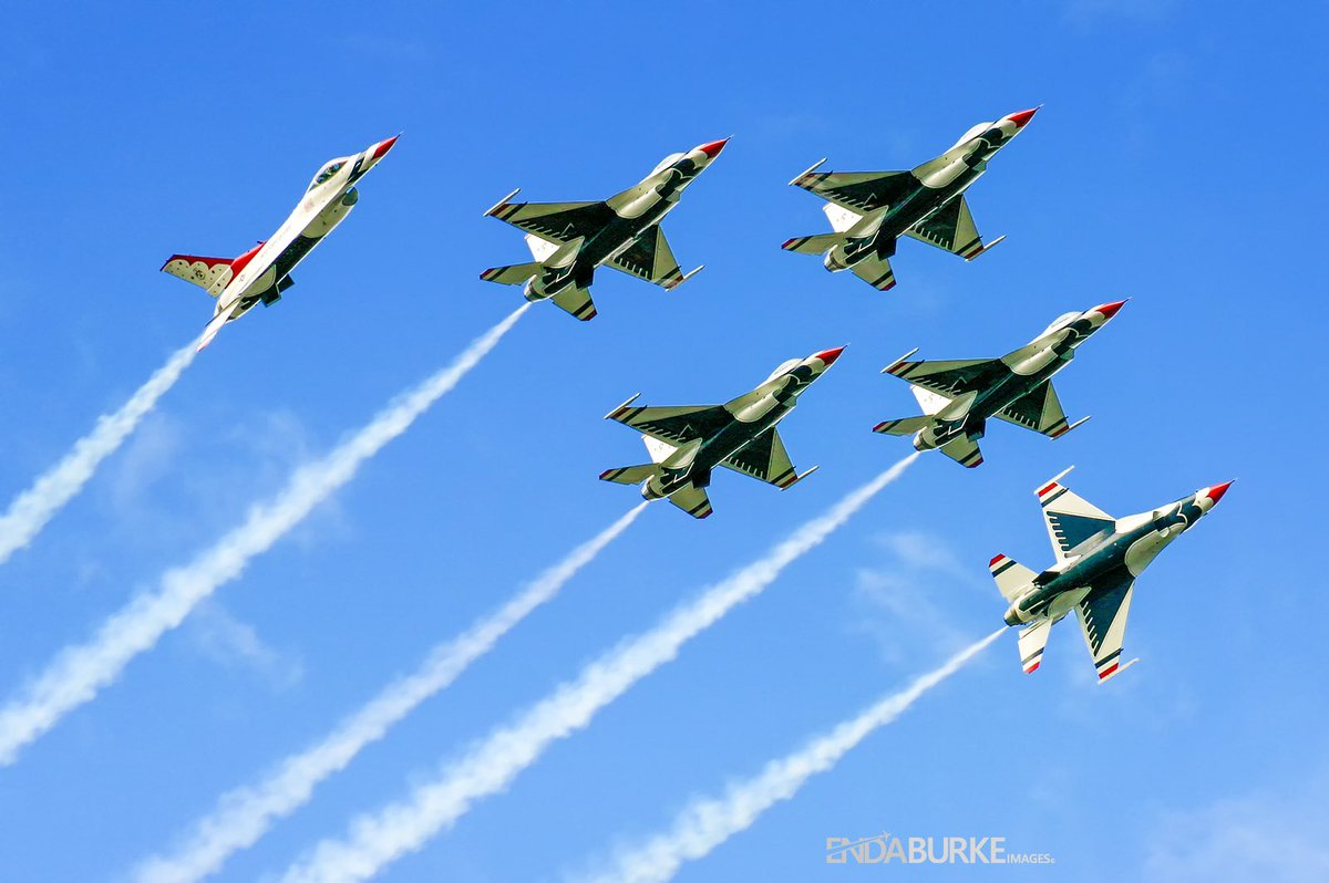 Throwback to the 2007 Salthill Airshow Galway with the Thunderbirds putting on a good show. This show was remembered for a helicopter door falling off narrowly missing spectators #avgeek #aviation #thunderbirds #salthill #galway #ireland #airshow #travel #airplane #jets https://t.co/ehkhIPNc8L
