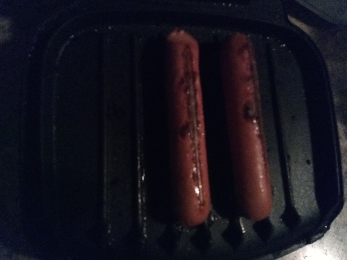 Dogs on a foreman vertically. Is this ok, or blasphemy??? Because they cook much better... https://t.co/j8mrwOOKbu