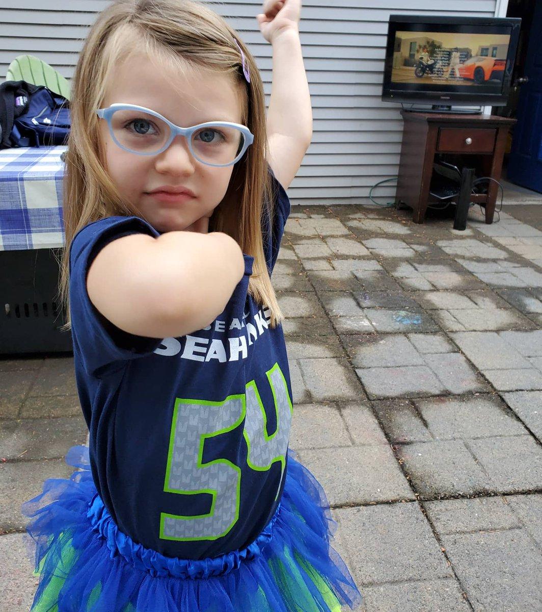 """Lofa Tatutu says """"Seaaaaaaaaaaaa...!!!!!!!"""" What a game! #raisethemright #gohawks #little12   @LofaTatupu51 https://t.co/QpMTO7l3T4"""