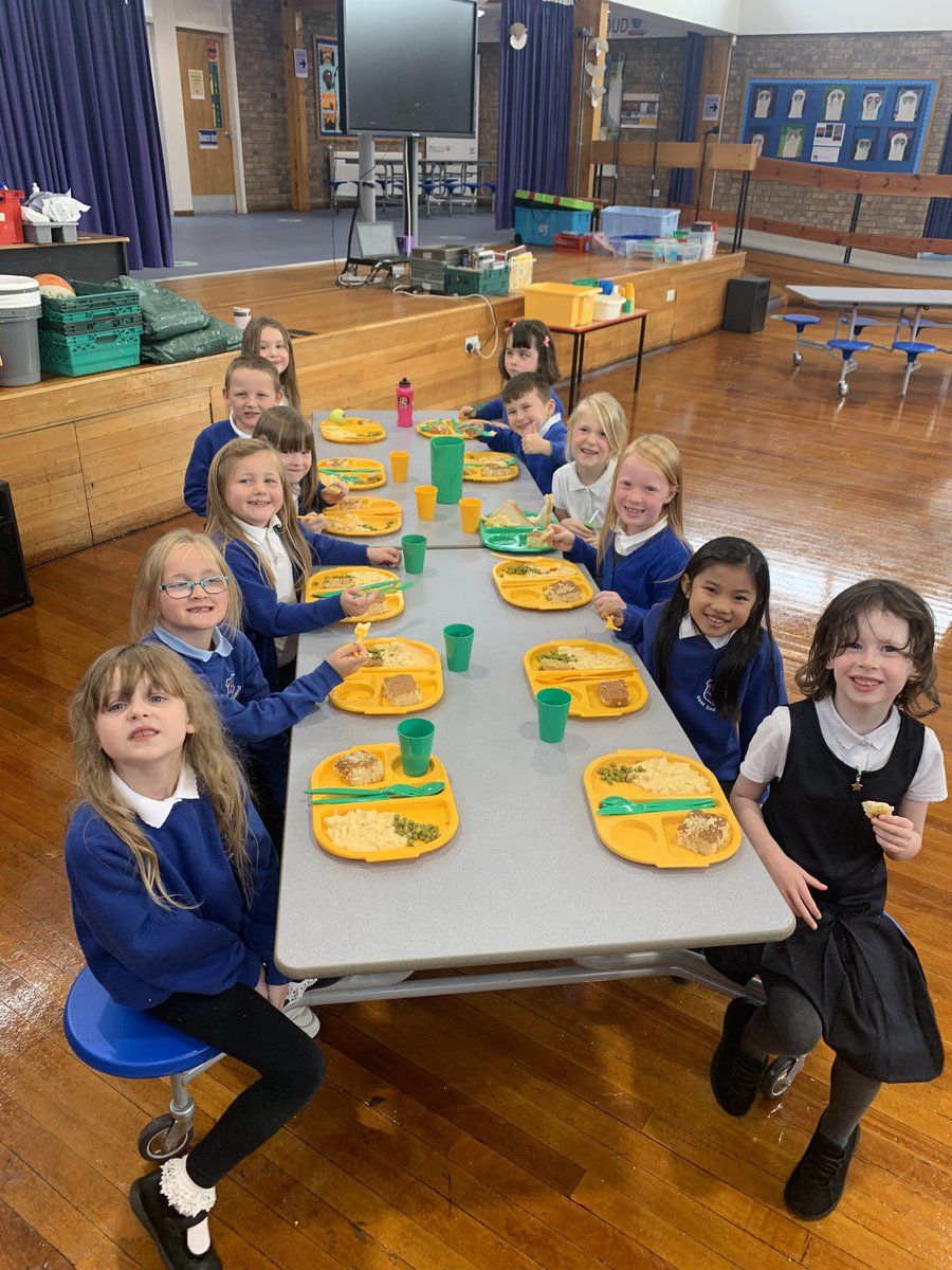 P3 enjoying their hot school lunches today! They did brilliantly getting into their new routine, and are excited to be eating their lunch out of the classroom #eastendisproud #primarythree #youvegotafriendinme https://t.co/wBN5two9UL
