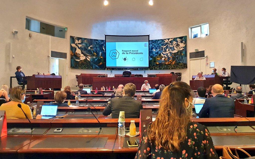 Au micro : @SophieLeBricqui, notre présidente, expose son rapport moral devant les membres de l'incubateur. #AG #incubation #accompagnement #creation #startup…