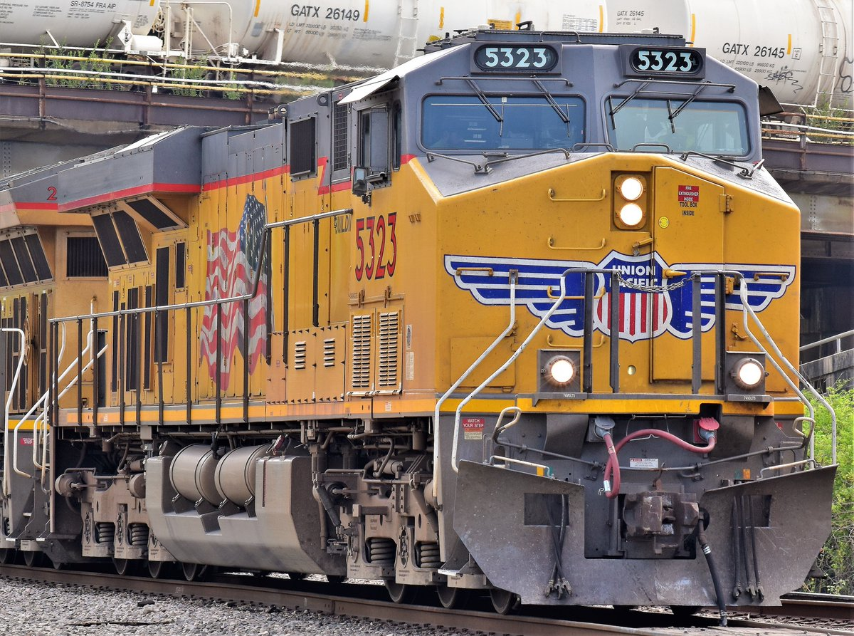 Here's a @UnionPacific GE-ES44AC (AC45CCTE) Unit 5323 leading a manifest through Tower 87 in Houston, Tx. #Train #trains #trainphoto #trainphotos #Trainphotography #houston #Rail #Railroad #Railfanning #Railphoto #railphotos #Railphotography #Photography https://t.co/hwYgdTHoMz