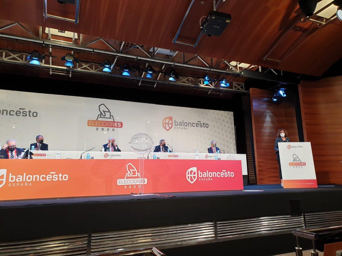 La presidenta @lozanoirene interviene en la Asamblea de @BaloncestoESP con recuerdo especial para @ninadelgancho 🤗 Gestos y reconocimientos que terminan marcando 🏀👍 https://t.co/OCsvJXv8lm