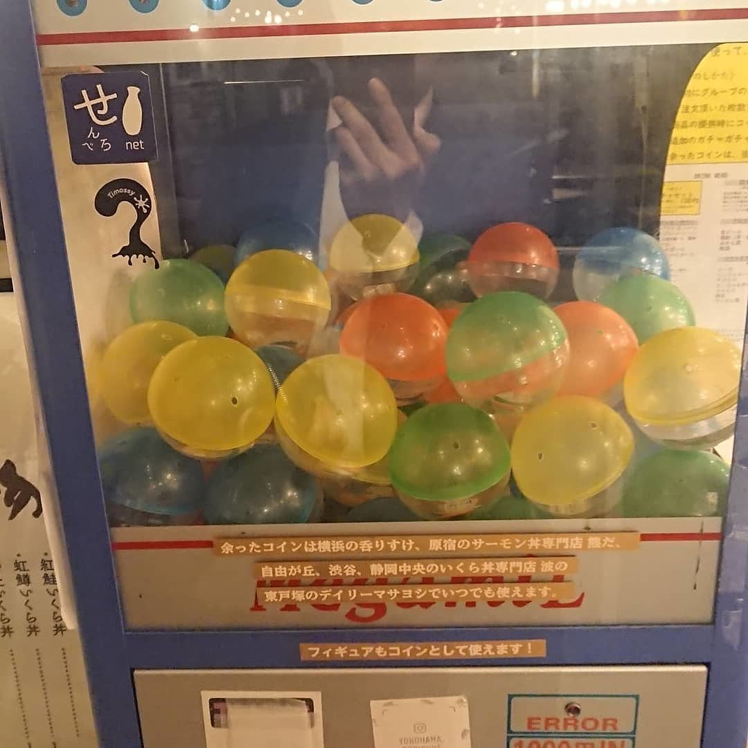 [横浜駅]1000円ガチャでお酒が呑める 『せんべろスタンド 呑りすけ』は #ガチャガチャ をして、カプセルを購入します。 中に入っている'専用コイン'の数に応じてお酒を頼めるんです。 お酒に合いそうなメニューも♡ https://t.co/nBzKyKq1bW https://t.co/etcozdjtDO