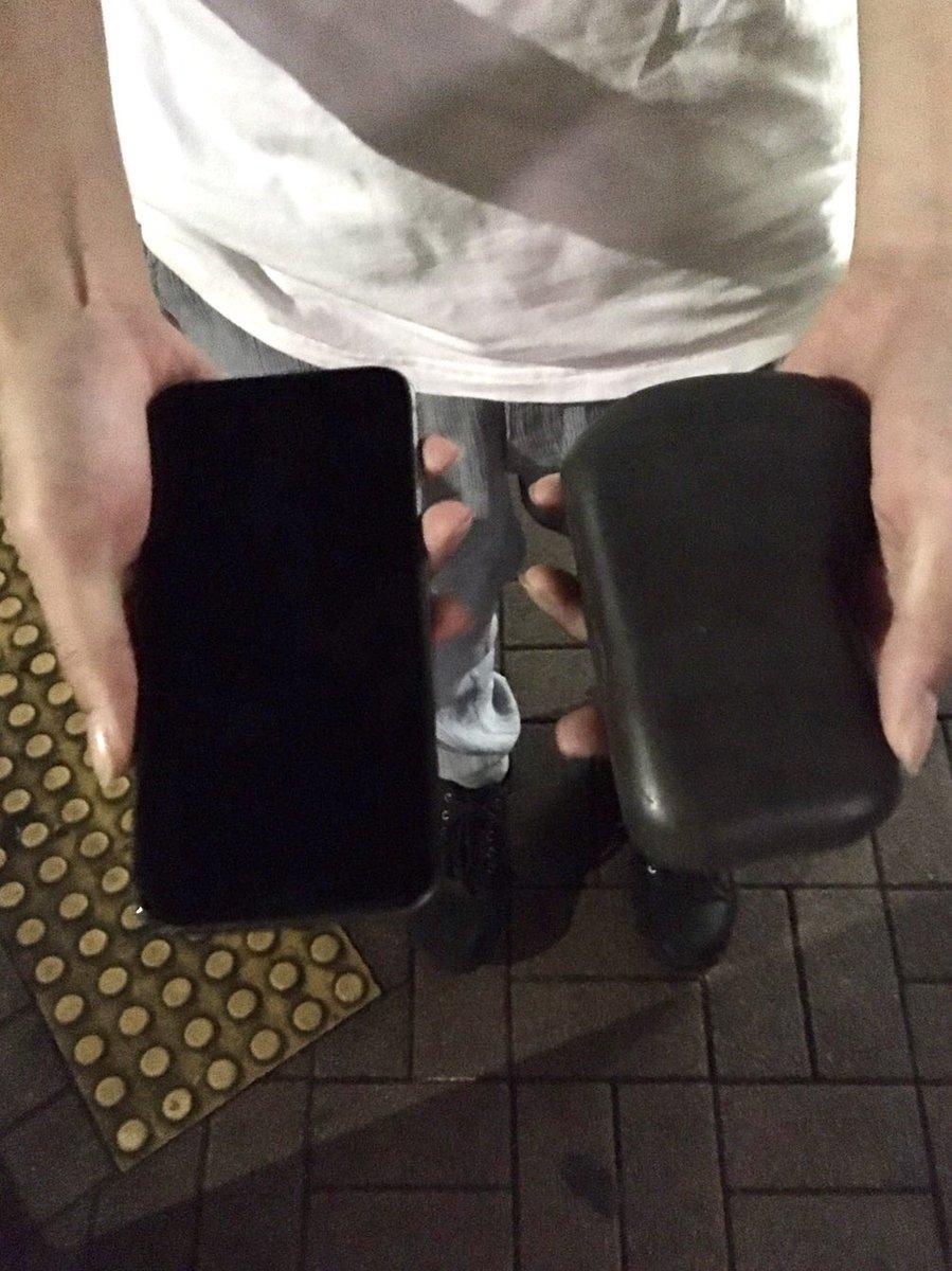 [続報]昨日のお客様のiphoneが石になっていた件。当店からの帰り道、良い石が落ちている!写真を撮ろう↓撮影して石を持ち上げ地面に携帯を置く↓なぜか石を鞄に仕舞う以上の様な経緯だった模様です。交番に無事届いていたようで一件落着となりました。ありがとうございました。