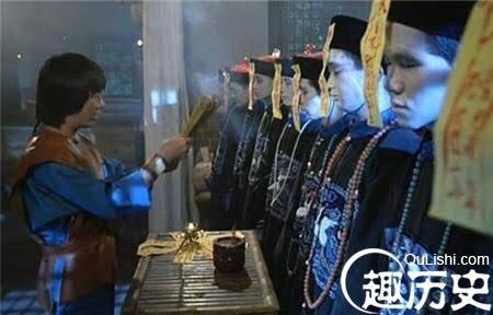 """Jiangshi (殭屍). Dulu mikir, """"kenapa semua vampir Cina pake jubah Dinasti Qing?"""", ternyata ceritanya bermula dari Dinasti Qing.  Di era itu, banyak yang bermigrasi jauh dari rumahnya untuk kerja. Saat mereka meninggal, keluarganya membayar 'supir mayat' untuk bawa mereka pulang. https://t.co/vV9L85mlKg https://t.co/EjnrWNHJf7"""
