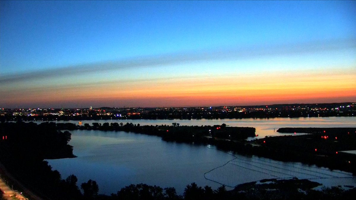 Well this is pretty! #sunrise #Monday #GetUpDC @wusa9 #wusa9weather @hbwx @chesterlampkin @TenaciousTopper https://t.co/Z2HBU7pTLA