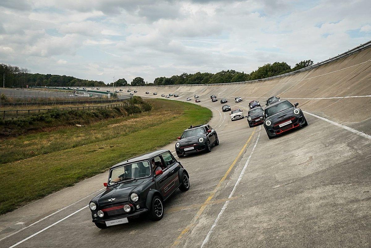 #MINIMontlhery 🎂 Pour fêter les 1 an de #MINISociety journée inoubliable à Montlhéry ! ✔️ Initiation à la conduite sur l'anneau de vitesse. ✔️ Découverte du #NouveauMINICountryman.  ✔️ Expérience Offroad inédite.  Clients MINI ? Rejoignez le club ⬇️ https://t.co/3eRuMiT1U1 https://t.co/Kqve1t1NNS
