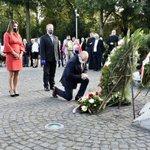 Image for the Tweet beginning: Ceremonią złożenia kwiatów pod pomnikiem