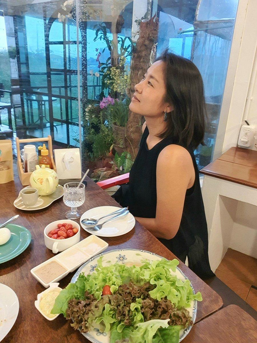 ฝนไม่ได้ตกแค่ที่หน้าต่างนะ 😄 . . รอ #วิยะดาพากิน ไล่โพสต์หน่อยนะ ไม่ทันจริงๆ 😅 . . #สลัด #ผัก #vegetarian #healthylifestyle #healthyfood #healthy #forhealth #อาหารไทย #thaifood #yummy #tasty #enjoyeating #salad https://t.co/MVVRr6GbYr