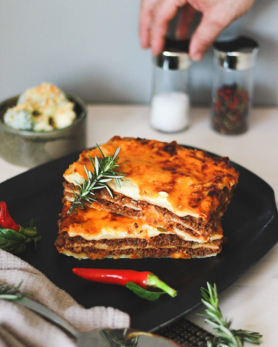 Beef Lasagne #heartybeef mince laced with tomato richness. Layered in #homemadelasagne sheets, topped with rosemary & bay leaf infused bechamel. Allowing Mother nature's balance of goodness.    #chefjulessa #fresh #chilled #fullofflavour #chefsofinstagram #instachef #capetownchef https://t.co/tQlUZzwUBB