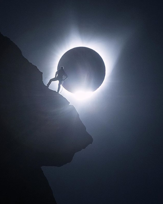 """This week Solar Sunday and Moon Monday collide with our favorite Solar eclipse shots  This masterpiece is by Michael Shainblum.   """"Moments right before totality. This morning was absolutely amazing. This is a single exposure.""""  #moonphotography #eclipse https://t.co/4nPxIaYhJk"""