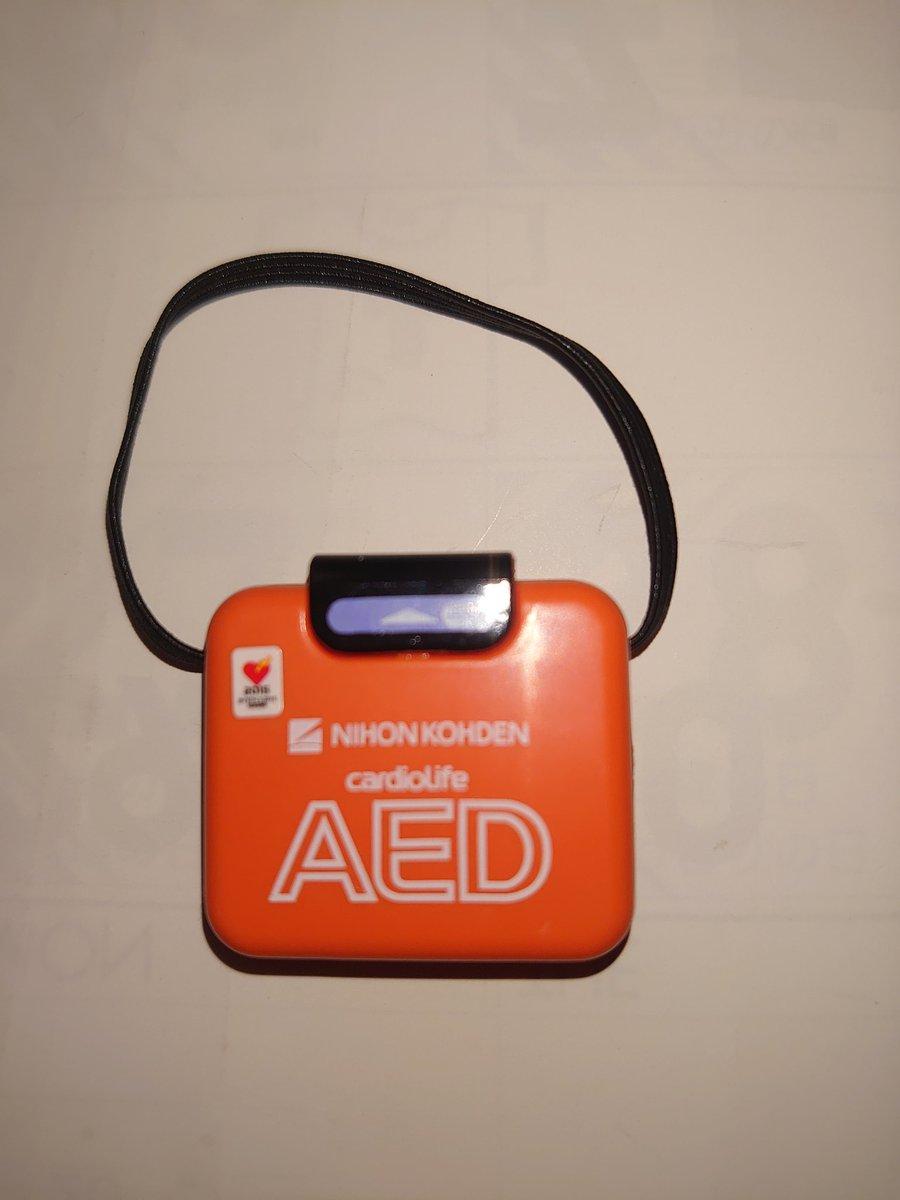 AEDのミニチュアが本物さながらと聞いたので買ってみた♪ヽ(´▽`)/  もちろん開けたことなんてないが… 通りすがりに救急車呼んだこともあるので見といて損はないかなと  #AED  #ガチャガチャ https://t.co/uuiZklIV3e