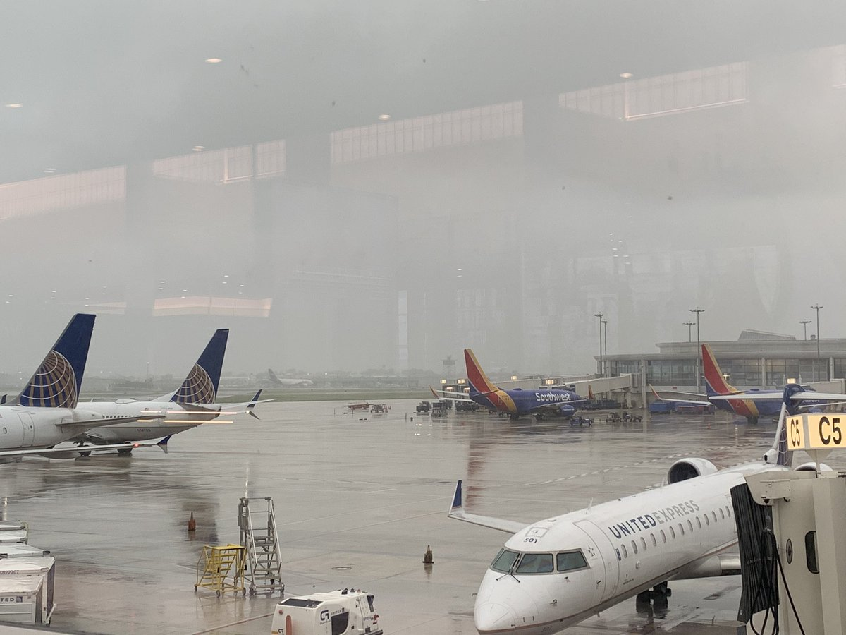 #planespotting at a rainy @flyneworleans #flymsy #NewOrleans with @united and @SouthwestAir https://t.co/nbyJ4UjNjJ
