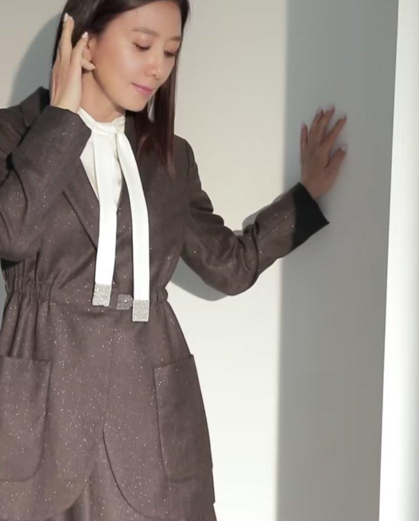 เง้อออ แพ้ความทัดหูของออนนี่ 💁🏻♀️ ใจบางไปหมด อ่อนยวบเลยจ้ะ 💜   #VogueKorea  #KimHeeAe https://t.co/VStVMob8df
