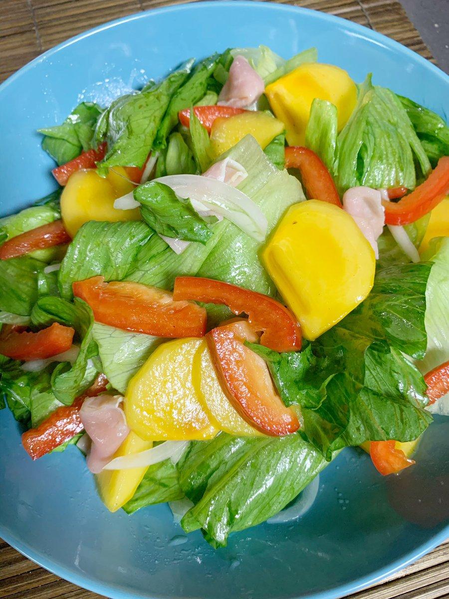 RF1の惣菜サラダ🥗マネして作った、柿と生ハムのサラダ🥗 なかなか美味しくできたけど、レタスはもっと小さく切ったほうが馴染むな。あと柿はもう少し大きく切った方がより甘さが感じられるかも。  #手料理 #サラダ #RF1 https://t.co/SvPwepOFoB