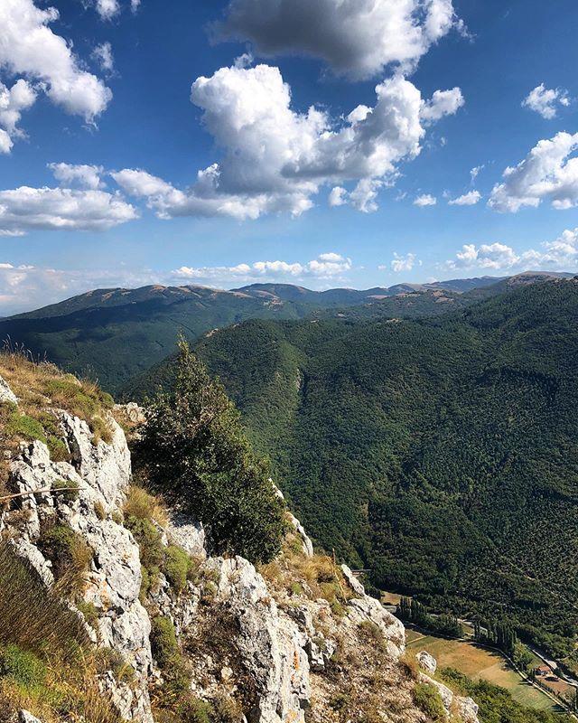 Monte S.Stefano: 1230m di stupore, una zona escursionistica di grande interesse paesaggistico sopra #Foligno. Da qui si ammira un panorama incredibile dalle cime del preAppennino umbro-marchigiano al Terminillo al Gran Sasso https://t.co/5FdDAOJkQP Ph l_a_ll_a5 #umbriacuoreverde https://t.co/iGaqnEwIn2