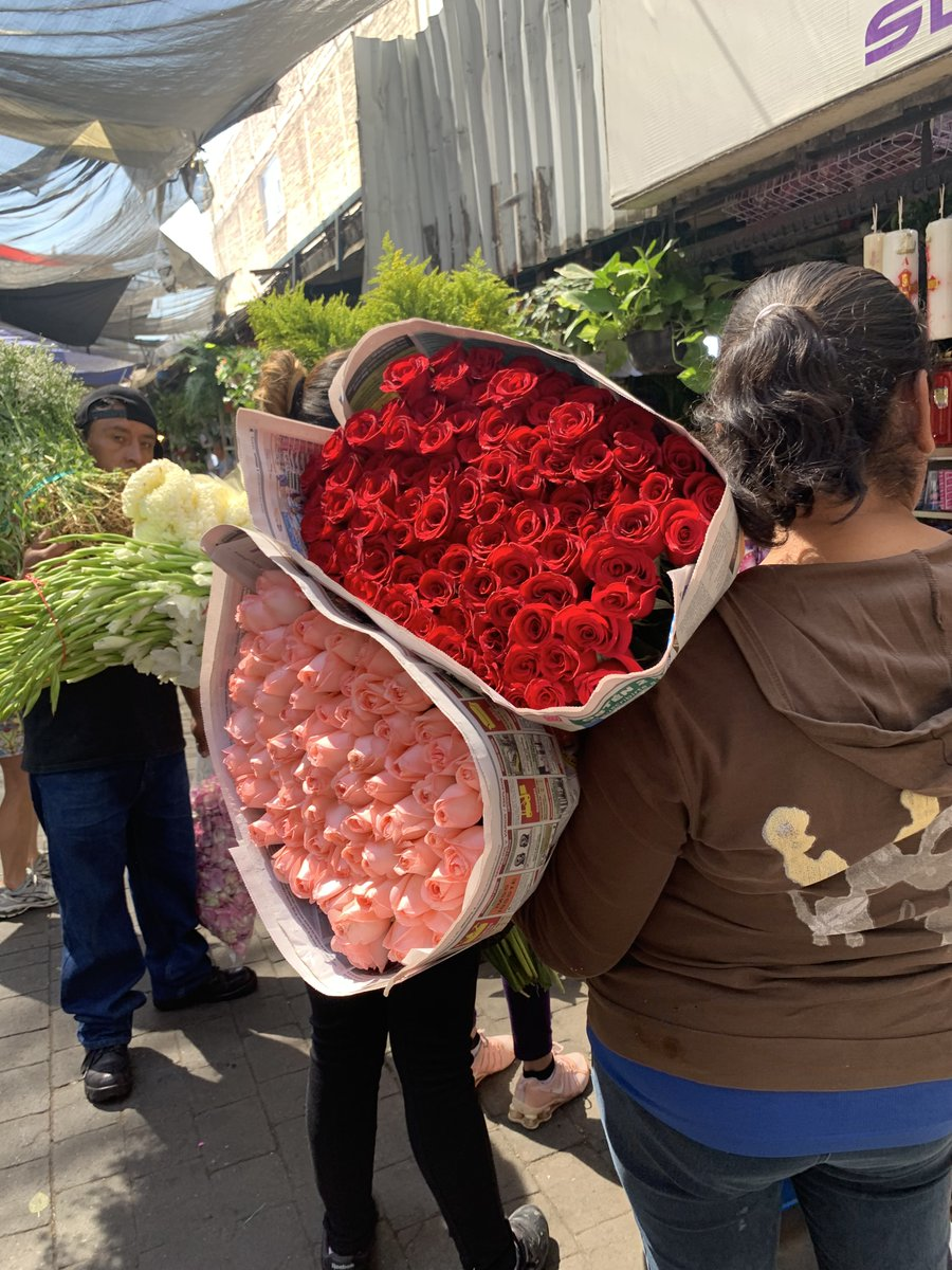 When we're in #MexicoCity, the first thing we look for are ladies with the #flowers. https://t.co/HpQlUwc1gI