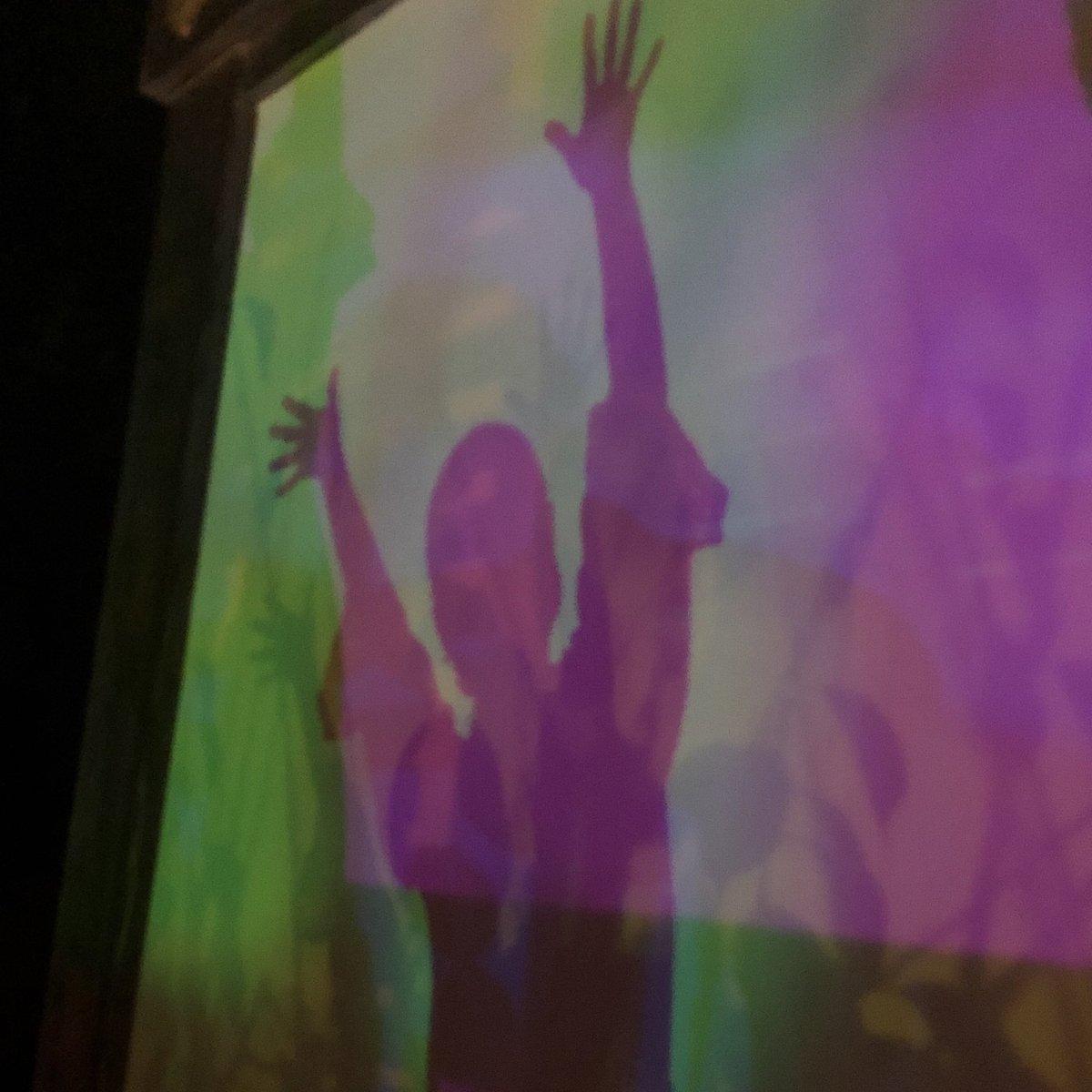 影がカラフルになるスポット見つけると楽しくなっちゃう https://t.co/71XpUr9Vbh