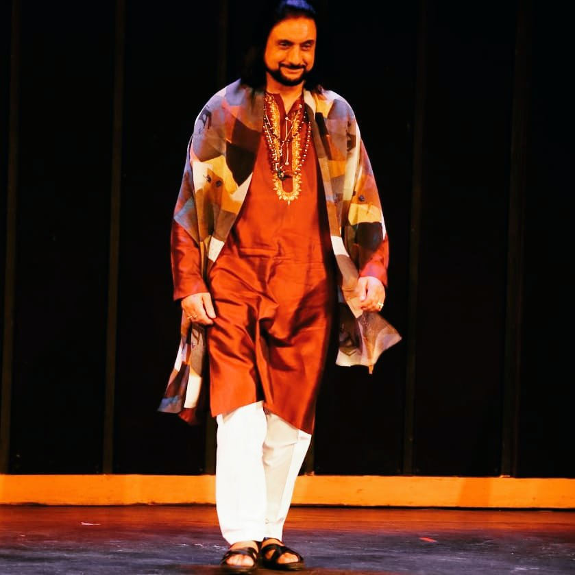 Throwback Picture - Rampwalk for artistic collection wearing a stole with painting print of my dear friend Alka Raghuvanshi #bhajansopori #santoor #panditbhajansopori #sopori #soporibaaj #alkaraghuvanshi #painting #fashion #rampwalk https://t.co/kmbvO04XEn