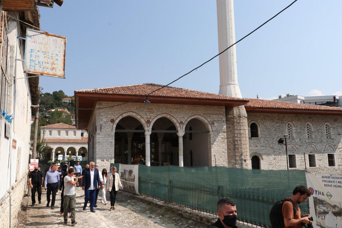 Arnavutluk Başbakanı Edi Rama, Başkanlığımız tarafından restorasyon çalışmaları sürdürülen Berat Hünkar Camii, Halveti Tekkesi ve Bekarlar Camii'inde incelemelerde bulundu.  @Tika_Turkey https://t.co/t5oebuBIXd
