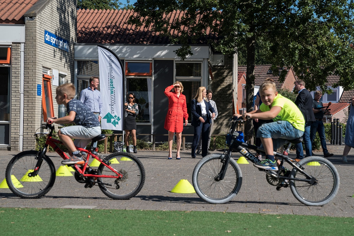 Minister @cvnieuwenhuizen bezocht vandaag OBS De Sprinkplank in Marum vanwege het 5-jarig bestaan van Verkeerswijzer Groningen. Ze was aanwezig bij verkeerslessen en kreeg daar uitleg van onder meer  @fleurgraeper over verkeerseducatie. https://t.co/0VMymGgdKc https://t.co/jD6OyRZjxZ