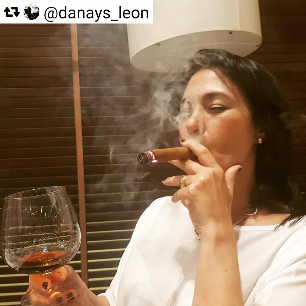 Monday of #tbt 😁 Montecristo Doble Edmundo and rum Santiago 500 ❤❤❤🥃💨  Have a wonderful week friends ! ⚘  #habanos #HabanoSommelier  #HabanosPassion  #HabanosSpecialist #HabanosMoments #CigarSommelier #TheCigarSommelier #CigarSmokers  #CigarofDay  #CigarTime https://t.co/Q4Pc8099Ae
