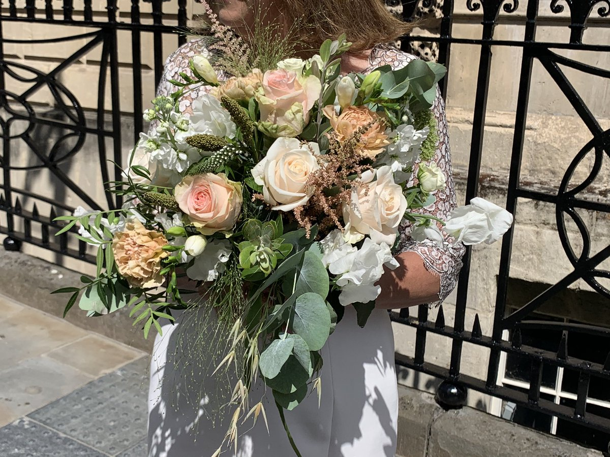 Just looking back at my Pal's Wedding pictures and her Bridal bouquet was rather lovely 😊 #Weddings #Bouquet https://t.co/ZT6xe5YD4d