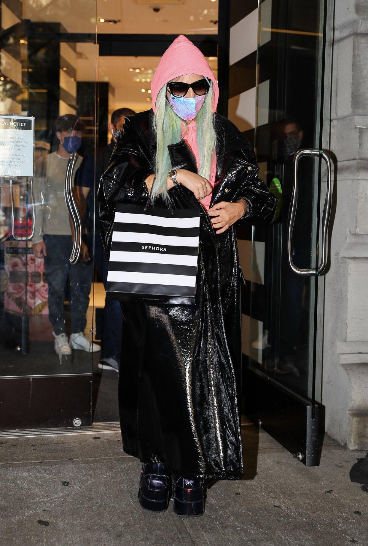 Lady Gaga - Σελίδα 48 EidGbI8XYAMjeb2?format=jpg&name=large