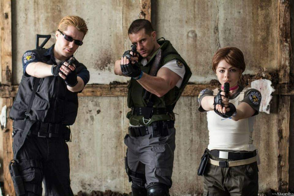 Alpha Team find a surviving member of Bravo Team.  @philippe_lauby & @savannahannie PH @alucard_photography  #cosplayers #photooftheday #picoftheday #me #comiccon #photo #fitfam #bodybuilding #capcom #Residentevil #residentevilvillage #ChrisRedfield #albertwesker #rebeccachambers https://t.co/9g53NBktEU