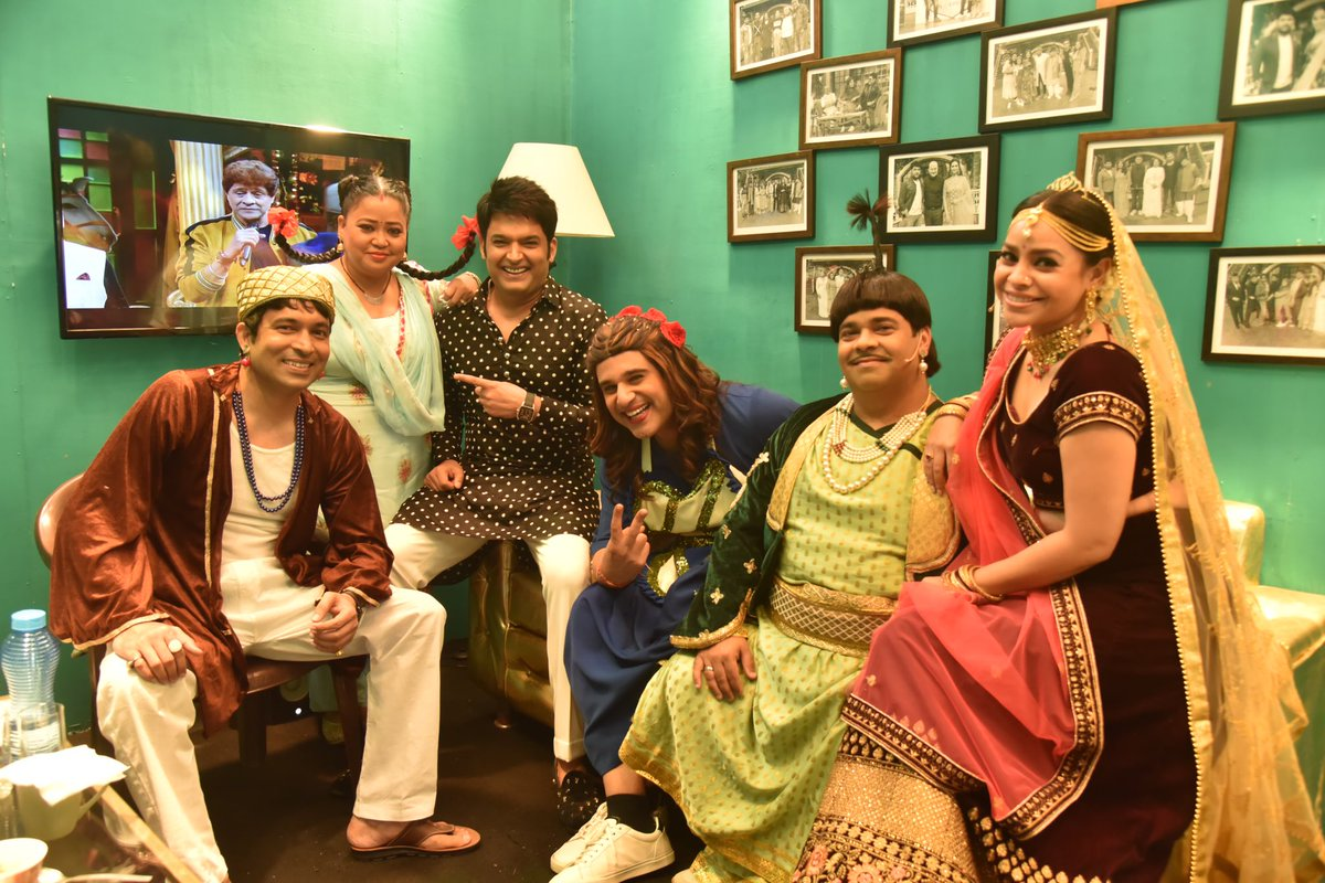 What's the name of the actor on tv behind? Will like first five correct answers 🤪#timepass #bts #lounge #tkss #thekapilsharmashow #behindthescenes #comedy #fun #laughter #weekend #tv #tvshow