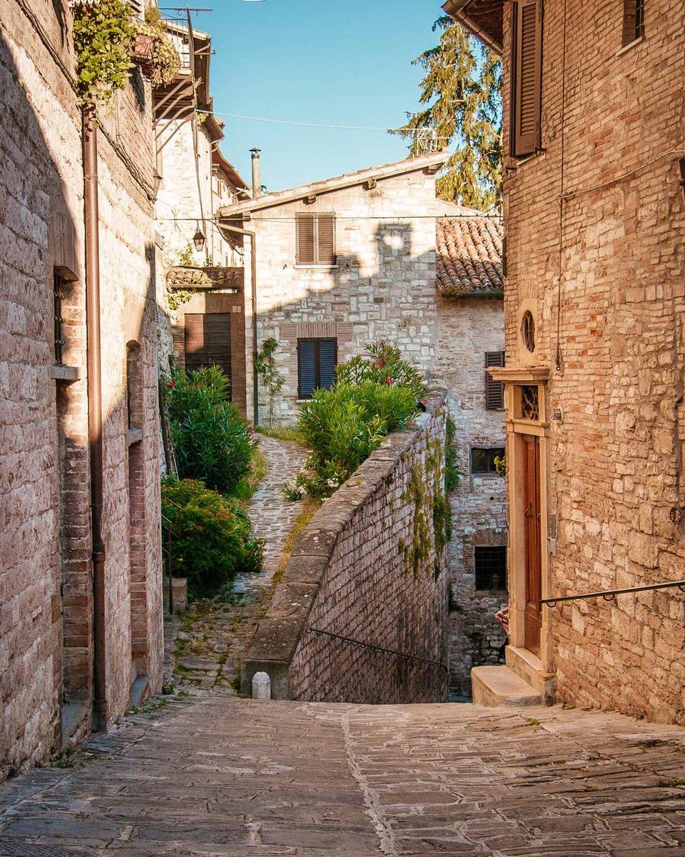 #Gubbio e i suoi scorci incantevoli, capaci di trasportarci nell'Umbria più raccolta, quella del ritmo lento, del camminare tra i vicoli senza una meta precisa, alla scoperta del bello che ci circonda ☺️ https://t.co/8SE4mB3HV6 Ph IG yani.yano  #umbriacuoreverde #umbriaculture https://t.co/GR5QptJsY9