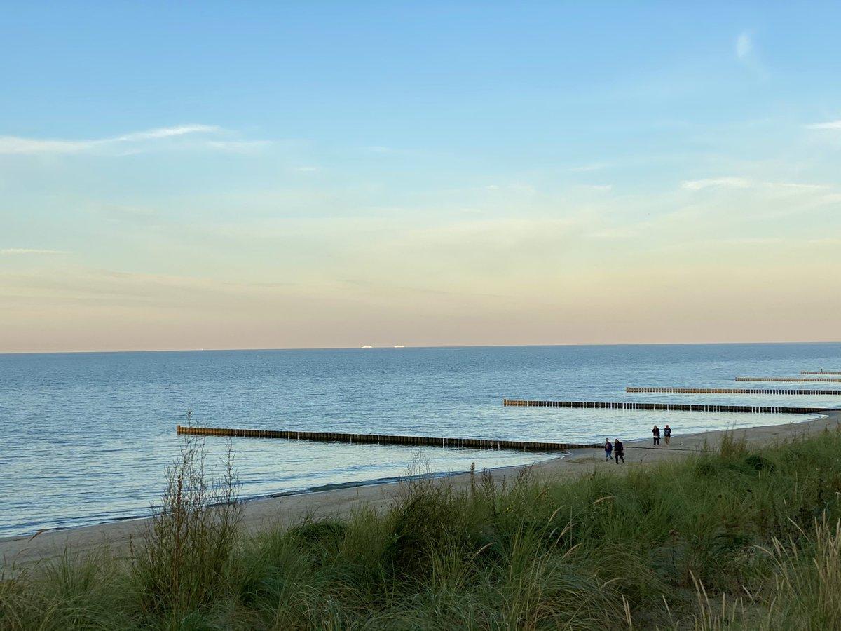 Milder Herbst am Strand. Im Hintergrund zwei Fähren nach Schweden. #Ostsee #Usedom https://t.co/7bPYnkzQjd