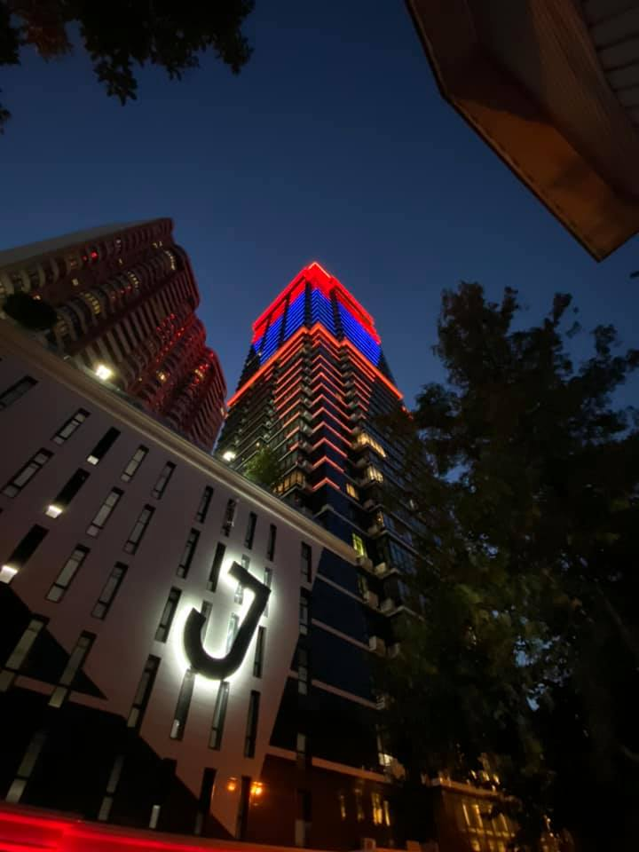 #JackHouse - one the tallest buildings in downtown #Kyiv, @Ukraine🇺🇦 - lit up in the colors of the #Armenian tricolor 🇦🇲 on the occasion of the 29th anniversary of #Armenia's #Independence. Thanks to #TaryanGroup. ❤️💙🧡 #Independence29 https://t.co/eS5xv0oW1F